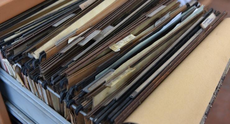 蓄積される大量の古い書類イメージ