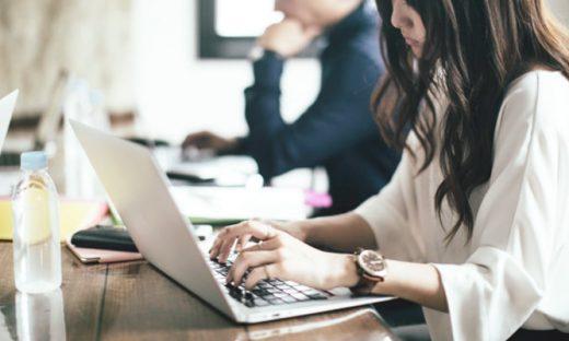 コミュニケーションを重視するテーブル型のワーキングスペースなど、オフィス改革で生産性をアップ!