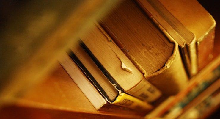 貴重な古書や美術品、ホコリをかぶっていませんか?電子化でデータ活用しつつ原本はしっかり保管しましょう